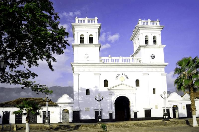 Ver Colombia y descubrir de Basilica Menor de Giron
