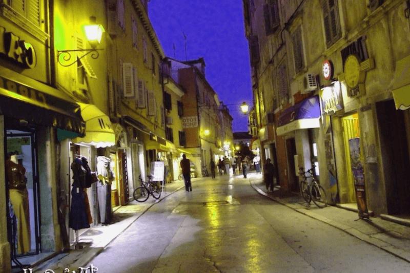 Ver Croacia y descubrir de Ciudad cerrada al anochecer