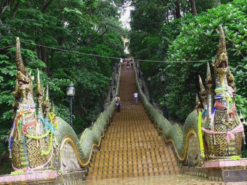 Entrada a Phra Thai doi Suthep que debemos ver