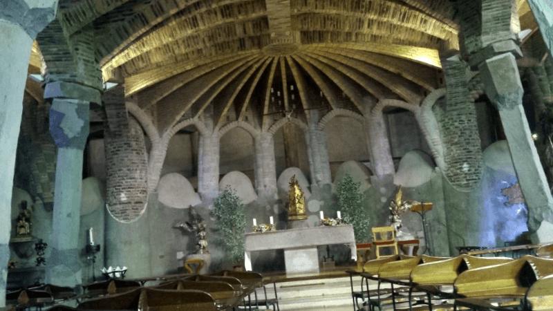 Conocer España y descubrir de Interior Cripta Gaudi
