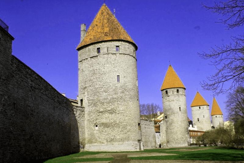 Visitar Estonia y maravillarse de Muralla medieval de Tallin