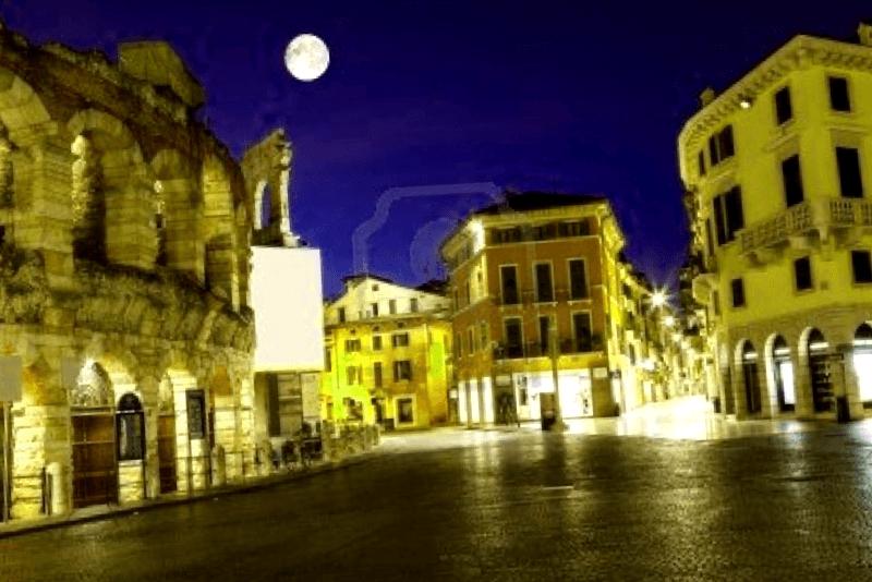 Piazza Bra al anochecer que descubrir