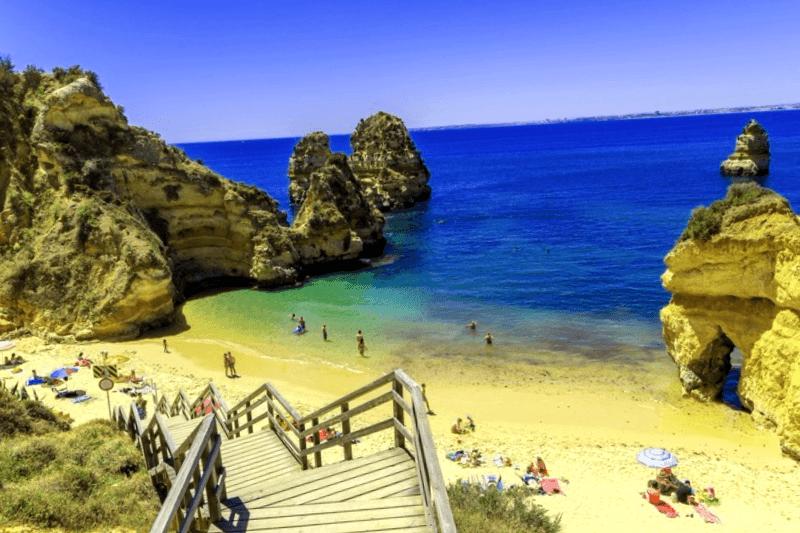 Visitar Portugal y maravillarse de Playa Camilo
