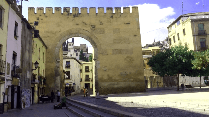 Conocer España y descubrir de Puerta de Elvira