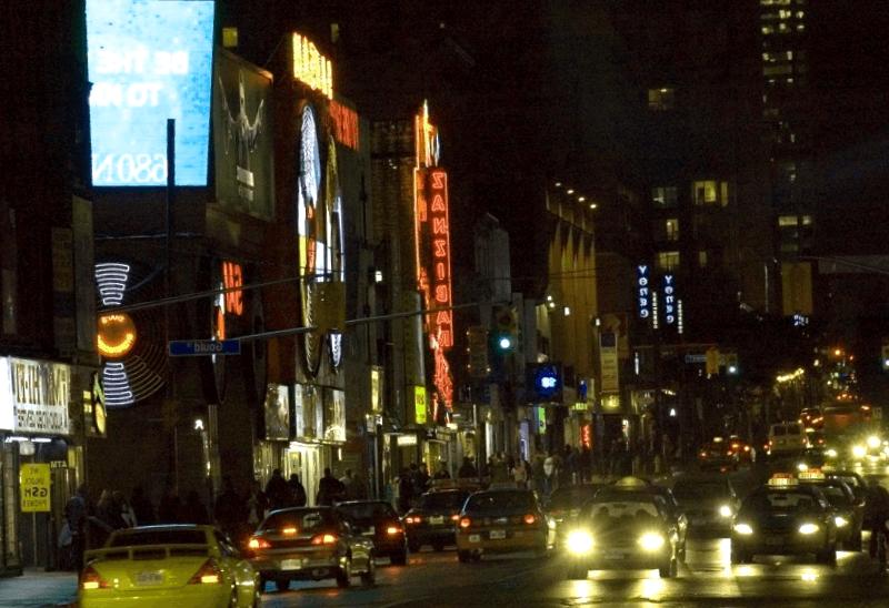 Yonge Street al anochecer que ver