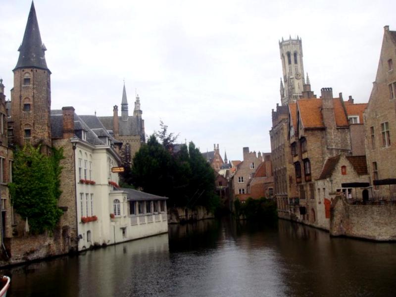 Visitar Belgica y maravillarse de Canal Dijver