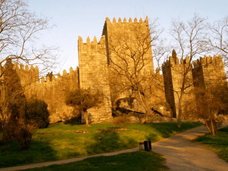 Visitar Portugal y maravillarse de Castillo de Guimaraes