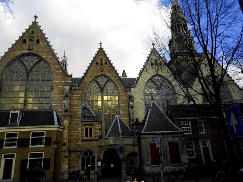 Ver Holanda y maravillarse de Iglesia Vieja de la ciudad