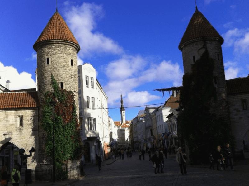 Visitar Estonia y descubrir de Muralla medieval de Tallin