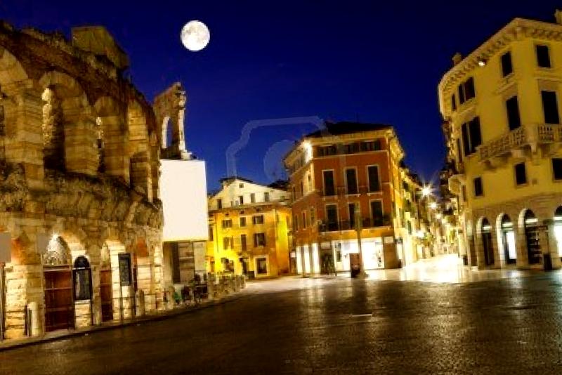 Piazza Bra al anochecer que ver