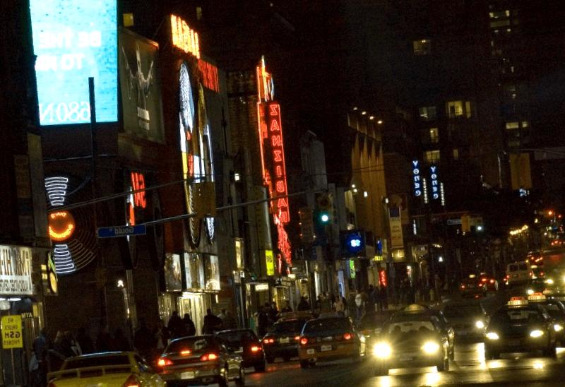 Visitar Canada y maravillarse de Yonge Street al anochecer